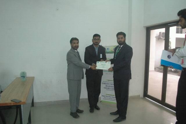 Dr. Latif ur Rahman is receiving certificate of appreciation from Director of HEC for presentation on Electrochemical sensor for the detection of environmental toxin: Antharacene