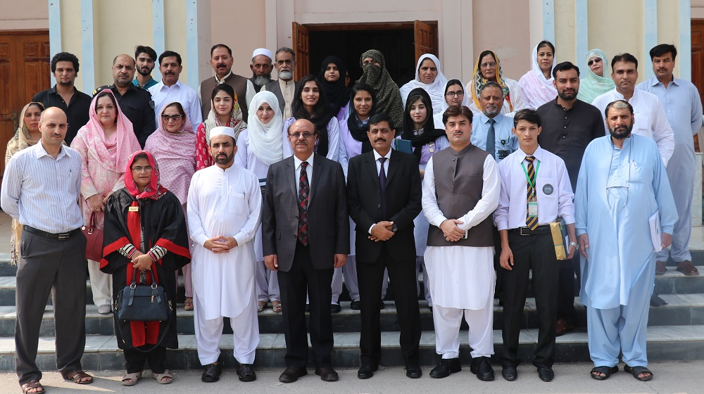 Vice Chancellor University of Peshawar is posing with the BA/BSc toppers, parents and officials of Controllate' Examinations on 23rd September, 2019 after BA/BSc results announcement ceremony.