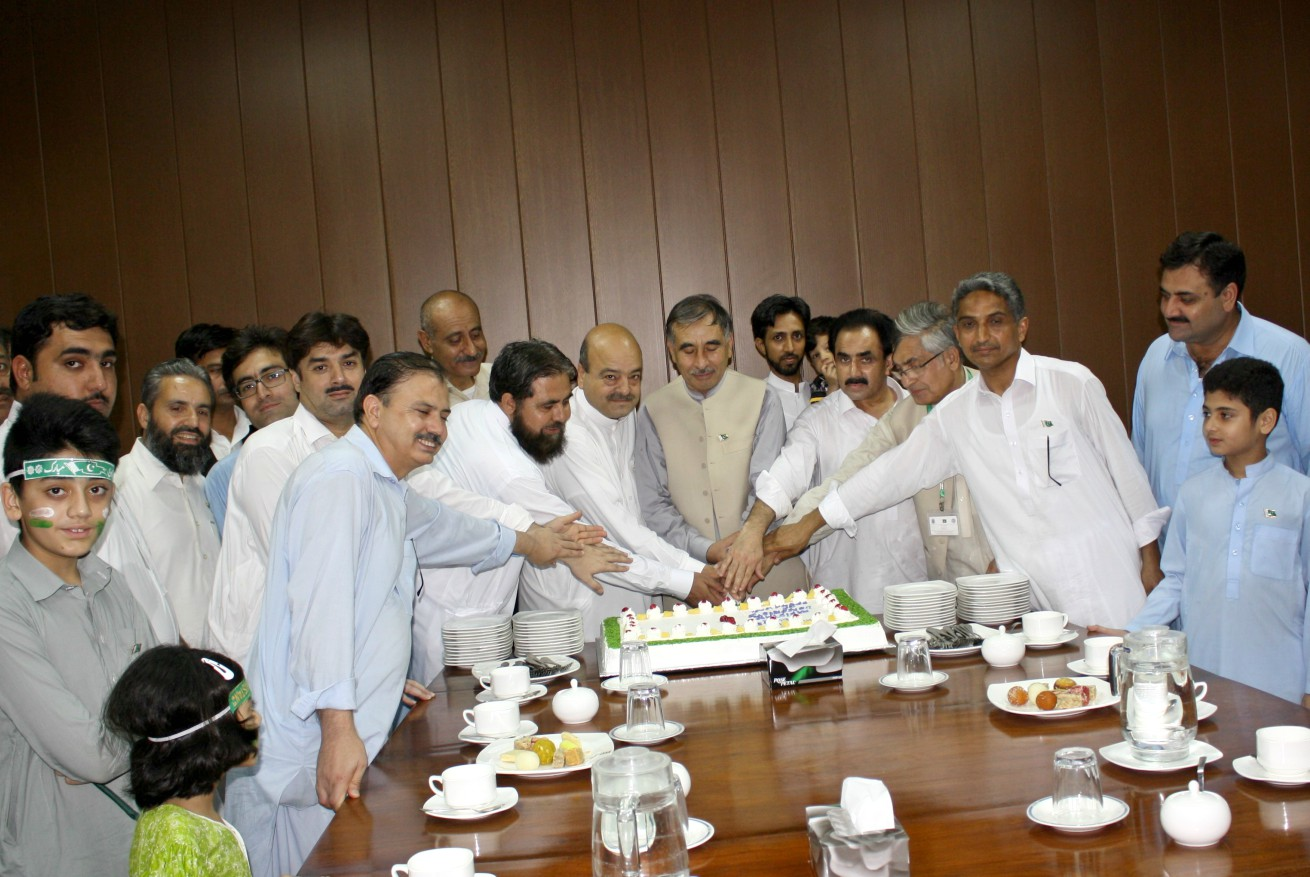Vice Chancellor UoP Prof. Dr Muhammad Rasul Jan cutting independence day cake at the University of Peshawar