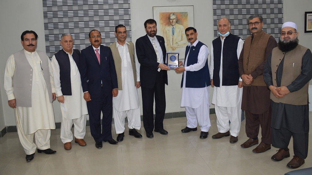 Vice Chancellor UoP, Prof. Dr. Muhammad Idrees, presents a souvenir to Dr. Tariq Banuri, Chairman of the  Higher Education Commission, Islamabad.