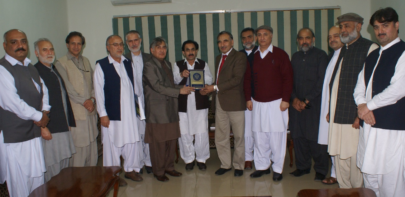 Vice Chancellor UoP Prof. Dr. Muhammad Rasul Jan presenting souvenir to Dr. Adnan Sarwar Khan on the occasion of farewel arranged for him at university of peshawar
