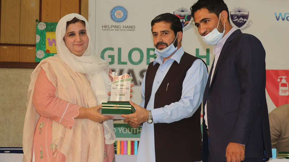 Prof Dr Kaneez Fatima presents a souvenir to Mr. Irfan bashir, Director, Coordination and Helping Hand for Relief & Development, while celebrating