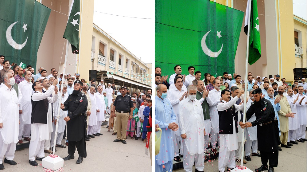 Vice Chancellor Prof Dr Muhammad Idrees hoists the national flag during a ceremony to mark the country's Independence Day at UoP. Pro Vice Chancellor Prof Dr Muhammad Abid, Registrar, Deans, Administrative & Departmental heads, Students and kids also participated.