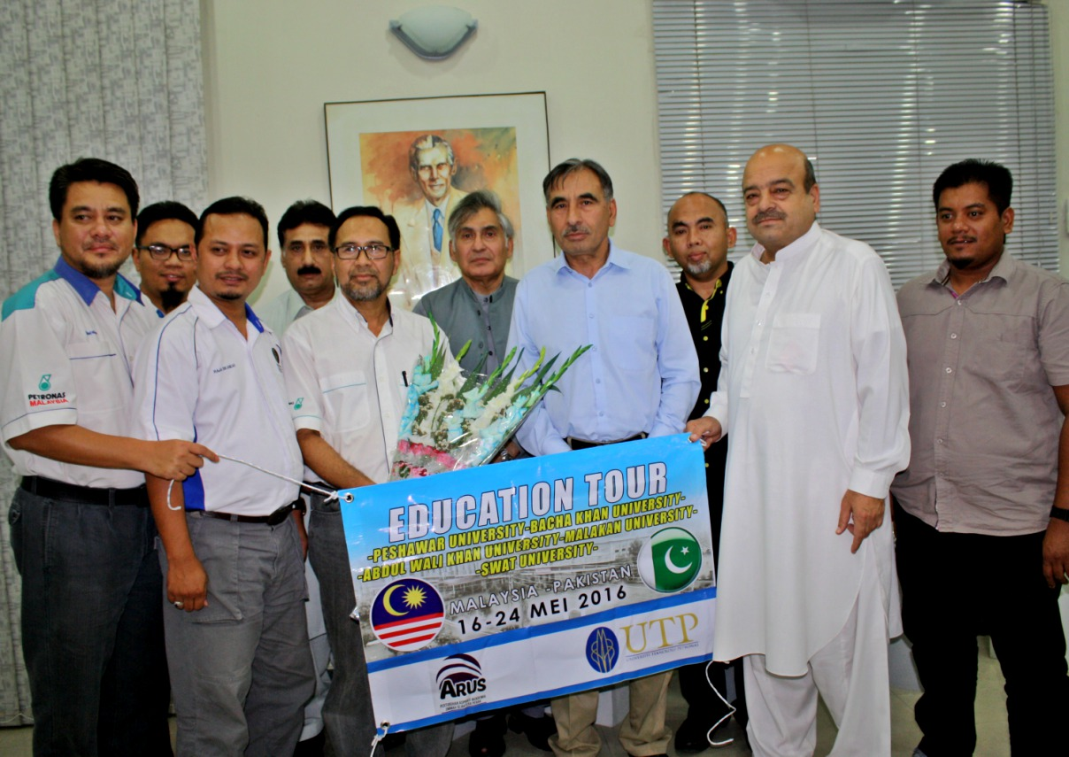 Vice Chancellor UoP Prof. Dr. Muhammad Rasul Jan in group photo with delegation of faculty members of Malaysian University at the University of Peshawar