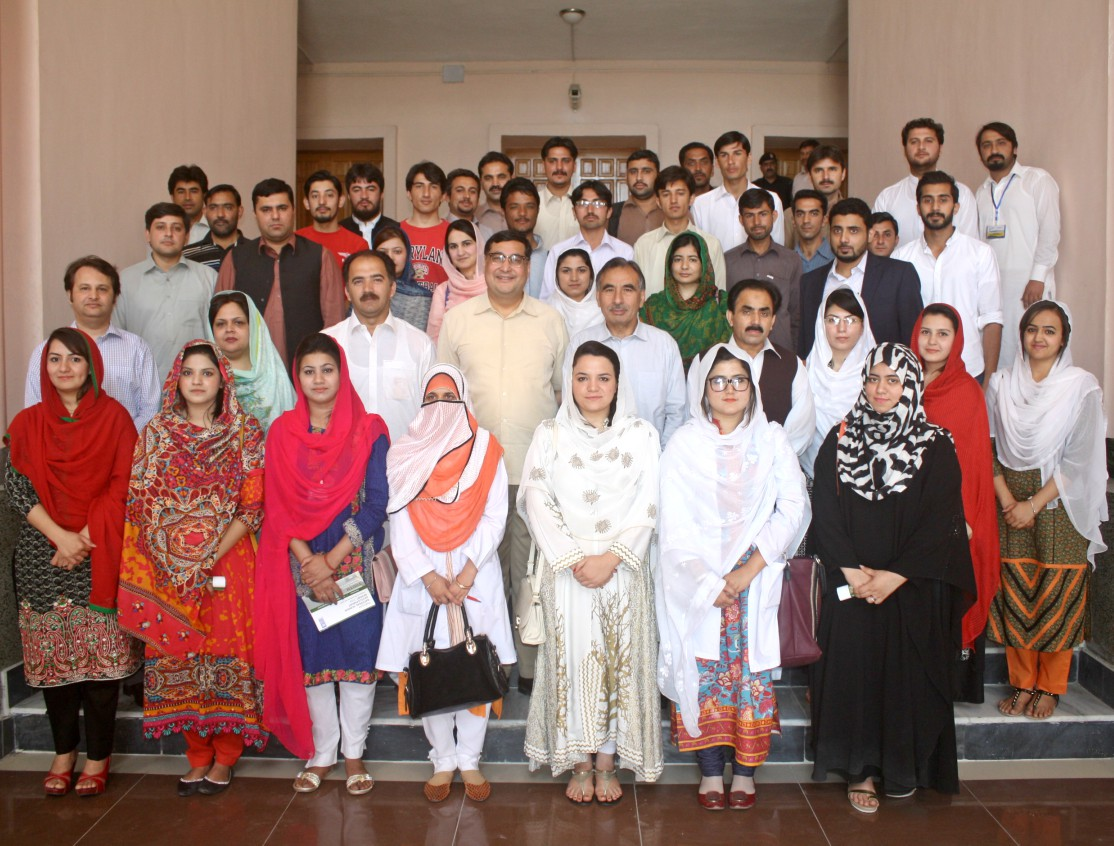 Vice Chancellor UoP Prof. Dr. Muhammad Rasul Jan and Dr. Adil Najam in group photo with students and faculty at the University of Peshawar