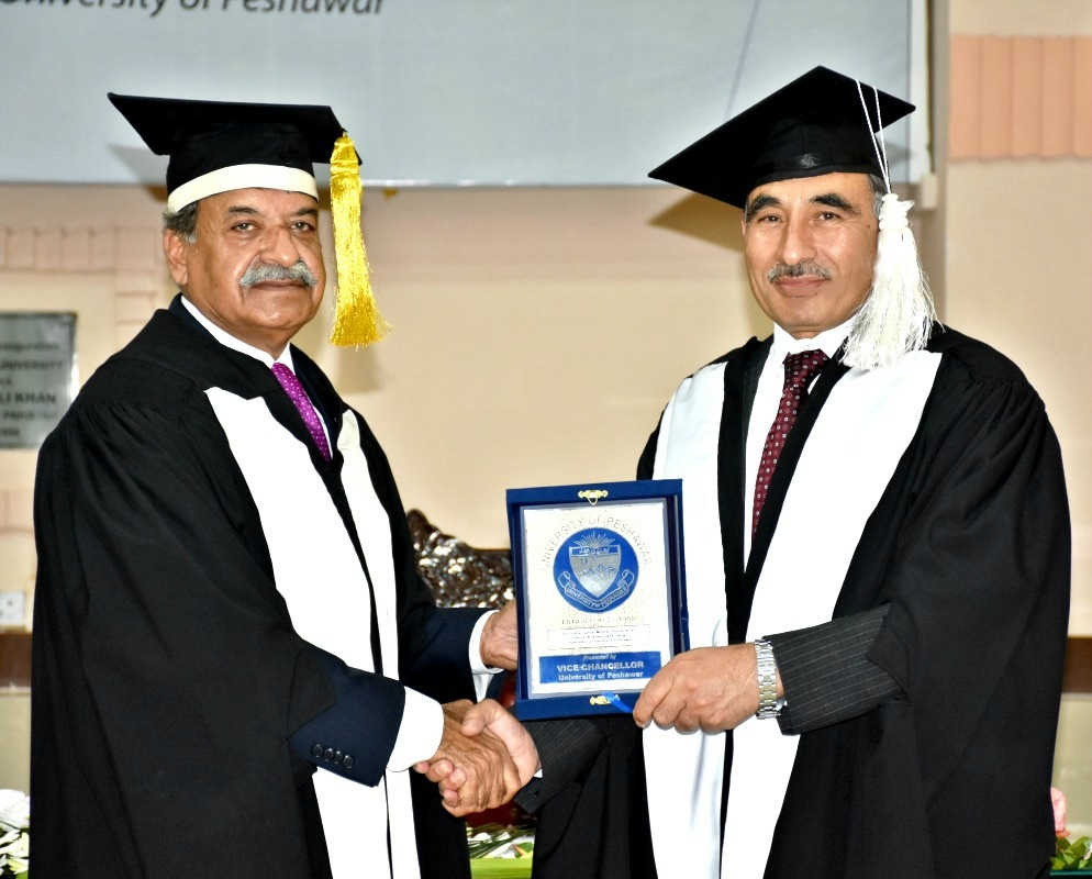 Vice Chancellor UoP Prof. Dr. Muhammad Rasul Jan presenting Souvenir to Governor KP Sardar Mehtab Ahmed Khan in the convocation 2015 ceremony of the UoP