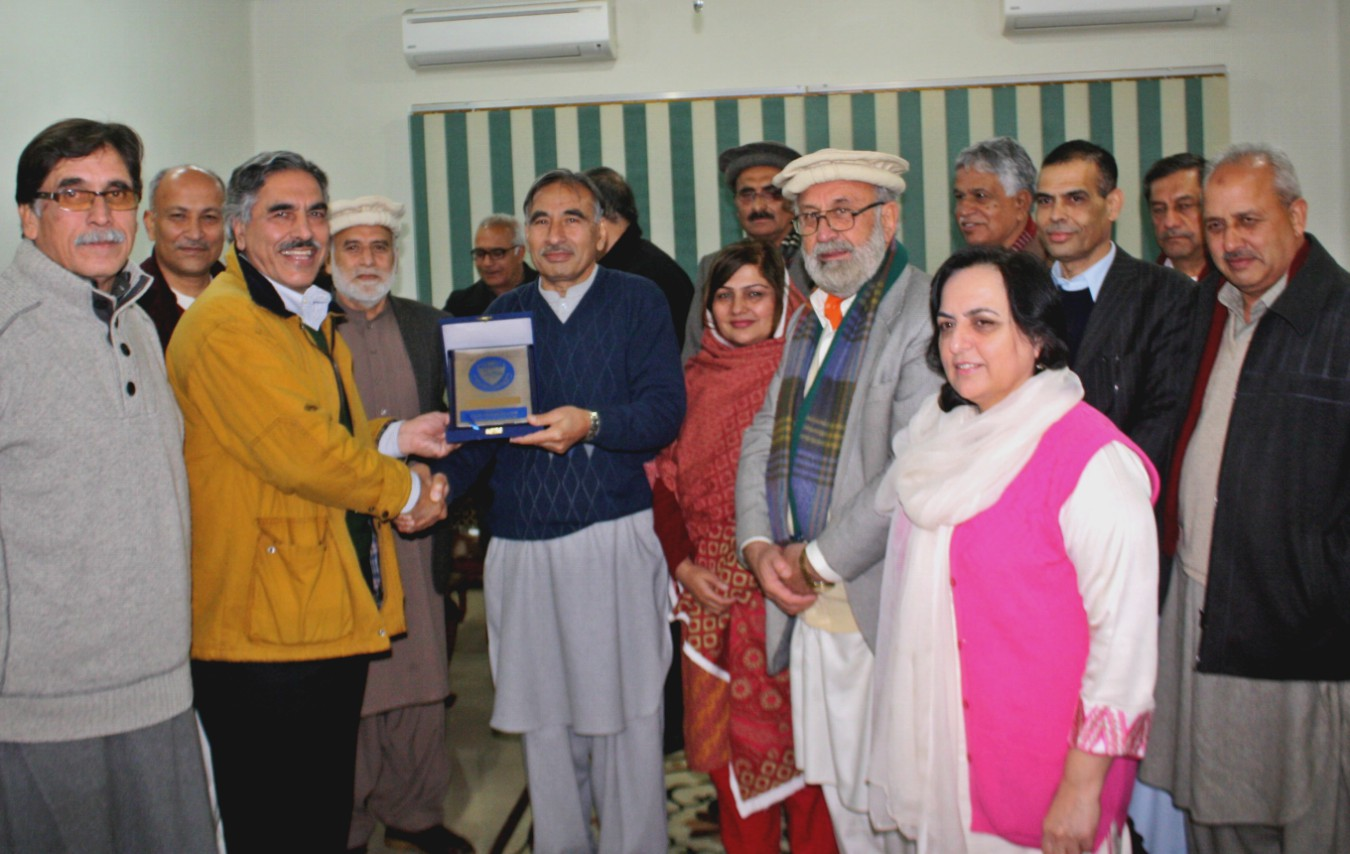 Vice Chancellor UoP Prof. Dr. Muhammad Rasul Jan presenting shield to former VC UET Imtiaz Gillani during farewell ceremony arranged for him at the UoP