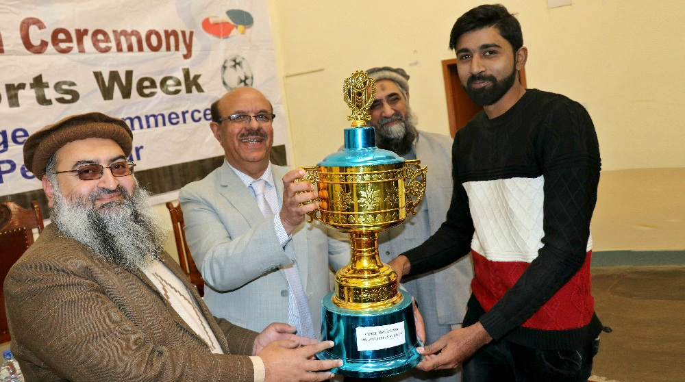 VC UoP Prof. Dr. Muhammad Asif Khan  handing over trophy to chief organizer sports event at Quaid e Azam College of Commerce