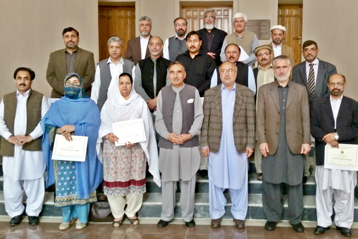 Vice Chancellor UoP Prof. Dr. Muhammad Rasul Jan in a group photo with Research Productivity Award Winner faculty of the UoP