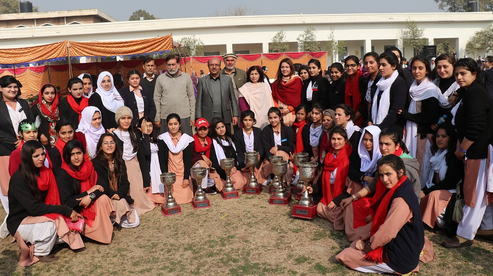VC UoP Prof. Dr. Muhammad Asif Khan posing with the winning team of Jinnah college for women in Inter degree college girls competition