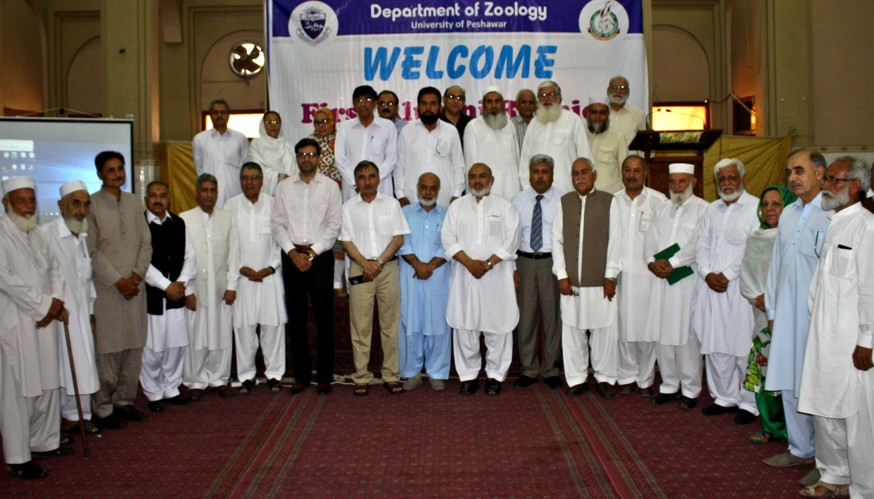 Vice Chancellor UoP Prof. Dr. Muhammad Rasul Jan in group photo with particpants of the Alumni Reunion event of the Department of Zoology University of Peshawar